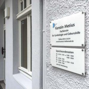 Eingang zur Frauenarztpraxis